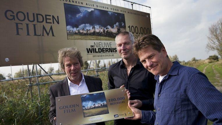 Producent Ignas van Schaick, regisseur Mark Verkerk en producent Ton Okkerse van de Nederlandse natuurfilm De Nieuwe Wildernis met de Gouden Film Award. De film heeft in een week tijd meer dan 100.000 bezoekers getrokken. Beeld ANP