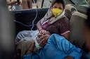 Een patiënt krijgt zuurstof in een auto.