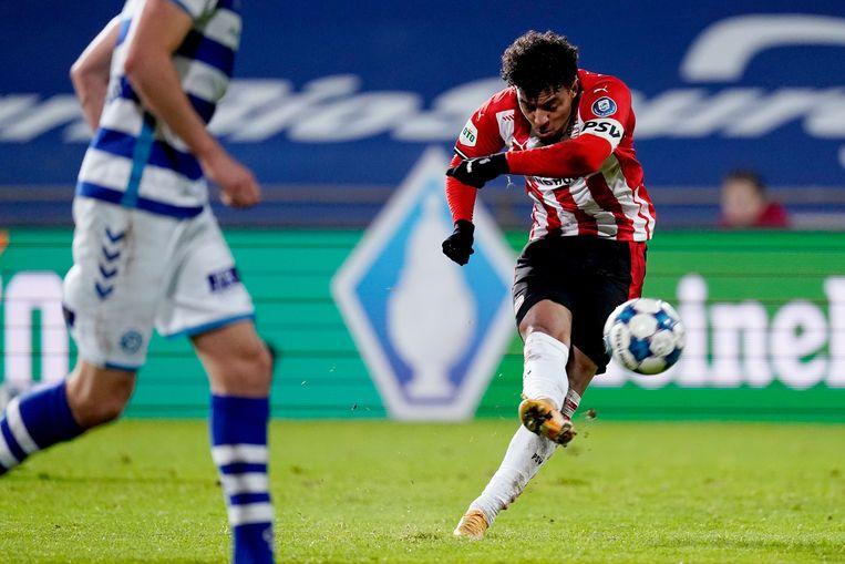 Aanvaller Donyell Malen van PSV haalt uit voor de tweede en winnende goal van de ploeg uit Eindhoven. Beeld BSR Agency