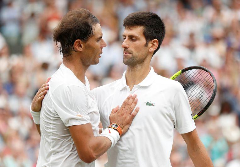 Rafael Nadal feliciteert Novak Djokovic op zijn overwinning in de halve finale van Wimbledon.  Beeld REUTERS