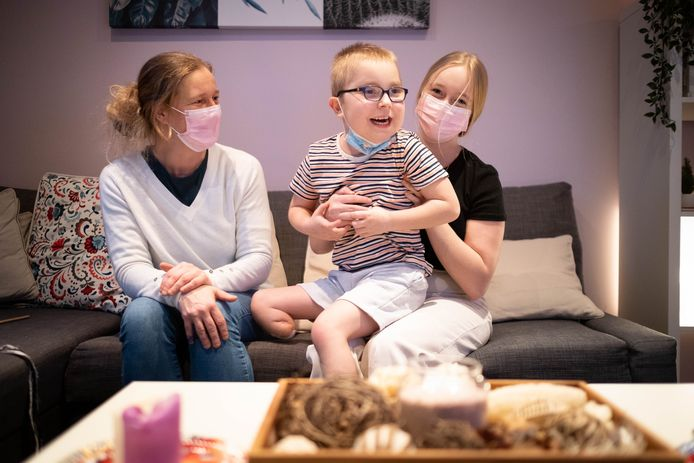 Senne is weer thuis bij zijn mama Ann en zus Amy nadat hij 4 maanden doorbracht in UZ Gent voor een beenamputatie en harttransplantatie