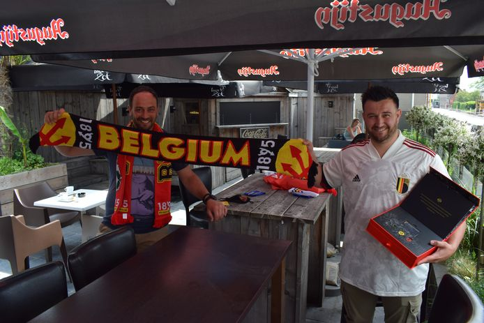 Links Djamal Buyse van café Le Bon Vivant, rechts Los Op Kop-voorzitter James Hanssen.
