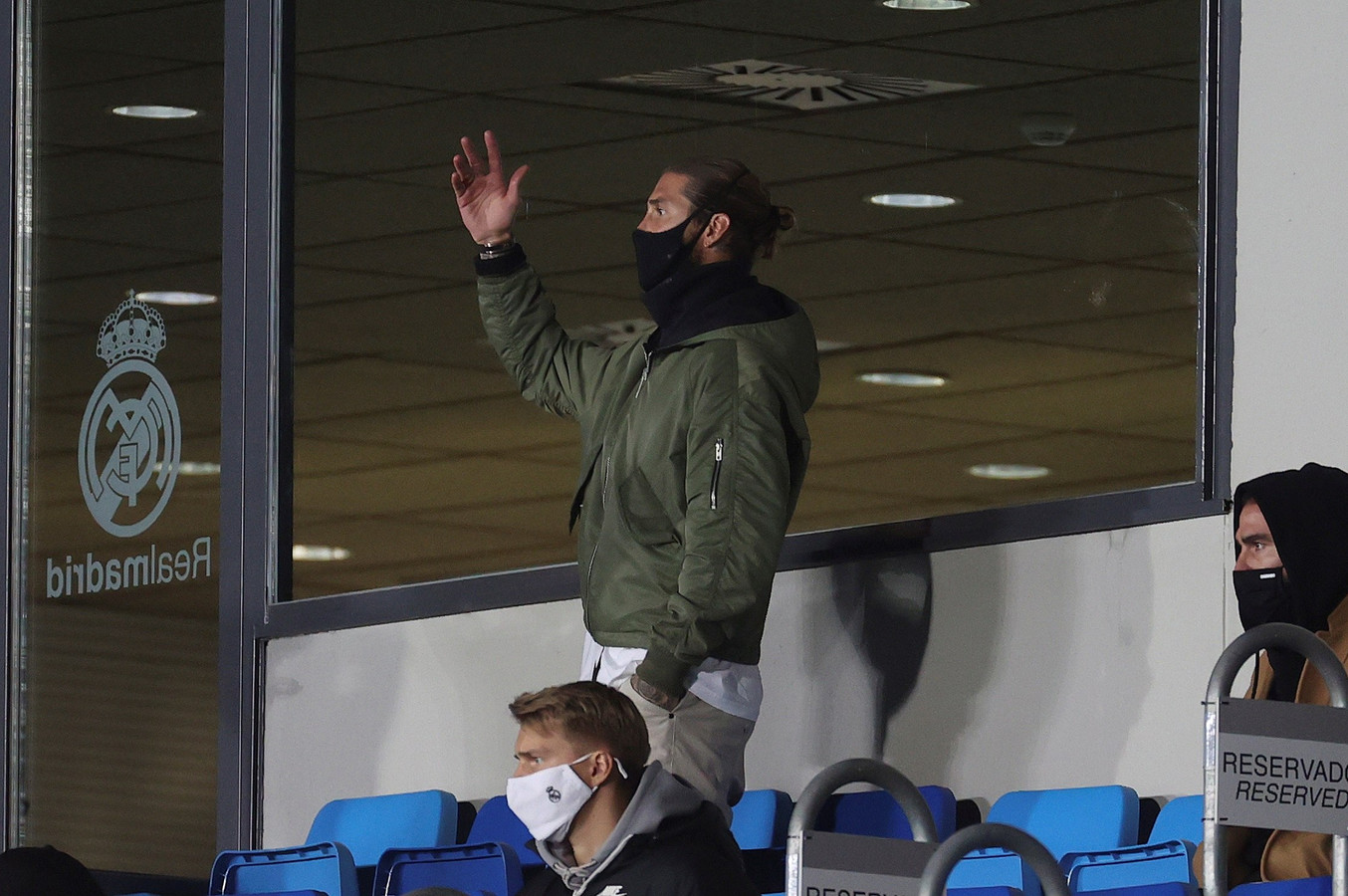 Sergio Ramos dinsdagavond op de tribune tijdens Real Madrid - Sjachtar Donetsk (2-3).