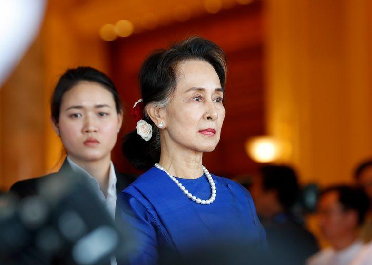 Volgens een van haar advocaten zag Suu Kyi er gezond uit. Tot nu toe was ze bij eerdere zittingen alleen per videoverbinding aanwezig en mocht ze ook haar advocaten niet fysiek spreken.  Beeld EPA
