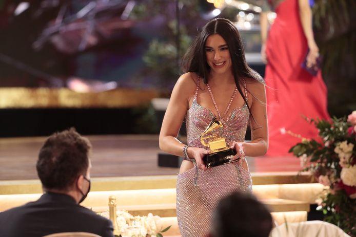Dua Lipa is blij met haar award.