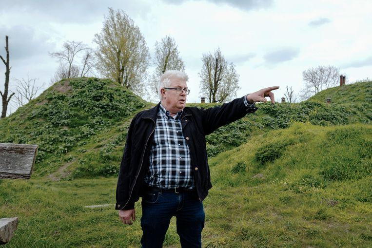 Martin van Drunen wijst vanaf Fort Bakkerskil, waar zijn moeder zat opgesloten, naar zijn nabijgelegen ouderlijke boerderij. Beeld Merlin Daleman