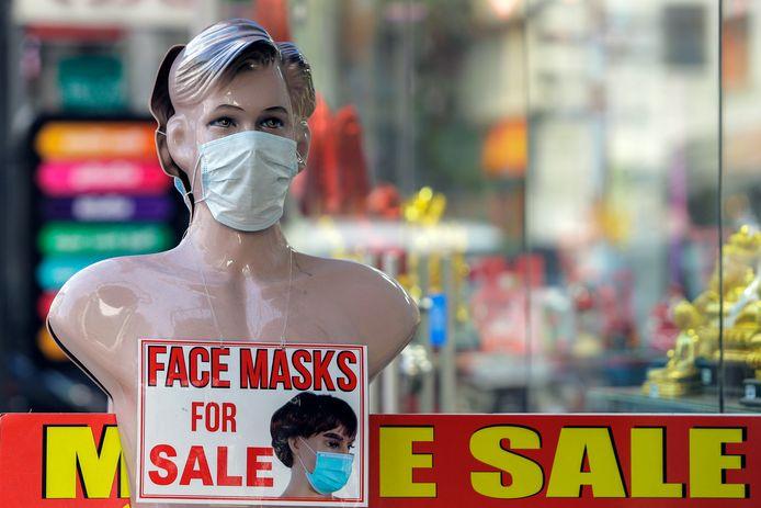 Gezichtsmaskers, zoals hier in een winkel in Sri Lanka, zijn niet aan te slepen.