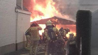 Carport gaat in vlammen op