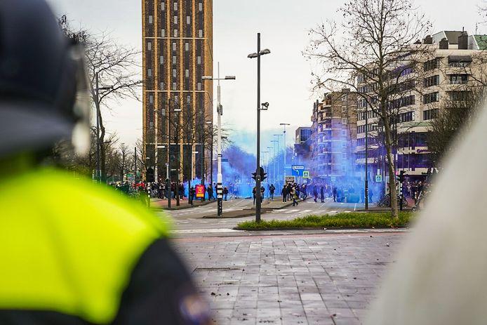 Blauwe rookbommen voor het station.