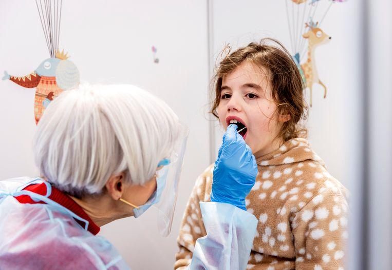 Een kind ondergaat een coronatest bij een speciale kindertestbalie.  Beeld Hollandse Hoogte /  ANP