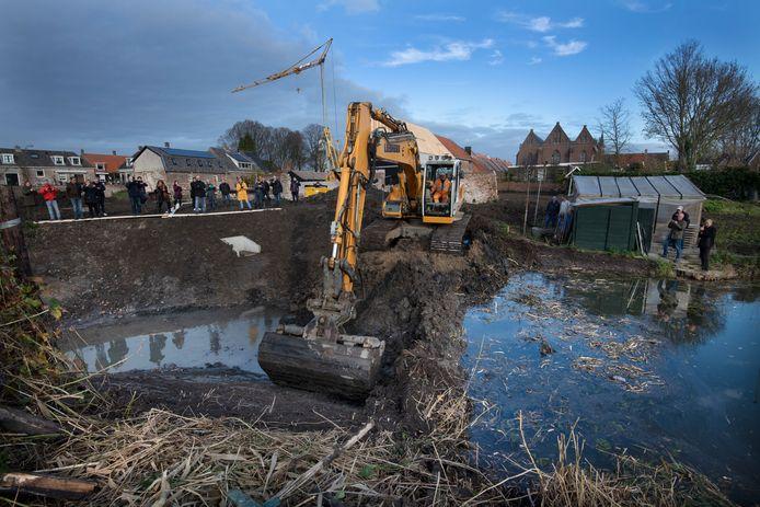 Het laatste stukje stadsgracht in Vianen wordt weer opengegraven. Hier vlakbij werden negen gave skeletten gevonden, die komende week aan een nader onderzoek worden onderworpen.
