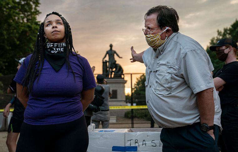 Lincoln Emancipation Memorial Debate, een vrouw en een man redetwisten over het verwijderen van een omstreden standbeeld. Beeld  Evelyn Hockstein for The Washington Post