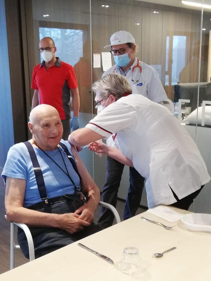 Gewezen vlaswerker Georges Coucke (93) kwam als allereerste inwoner van Groot-Wervik aan de beurt.