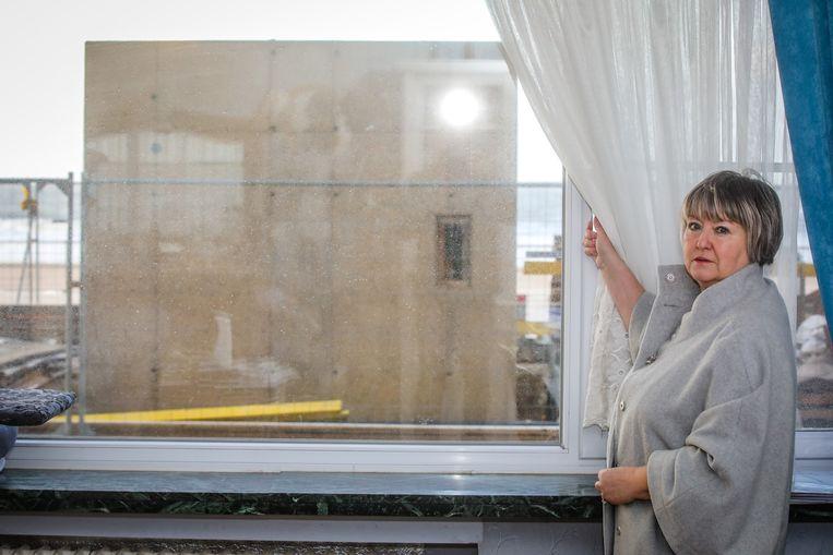 Elsie Achtergaele kijkt nu uit op een liftgebouw in plaats van het strand en de Noordzee.