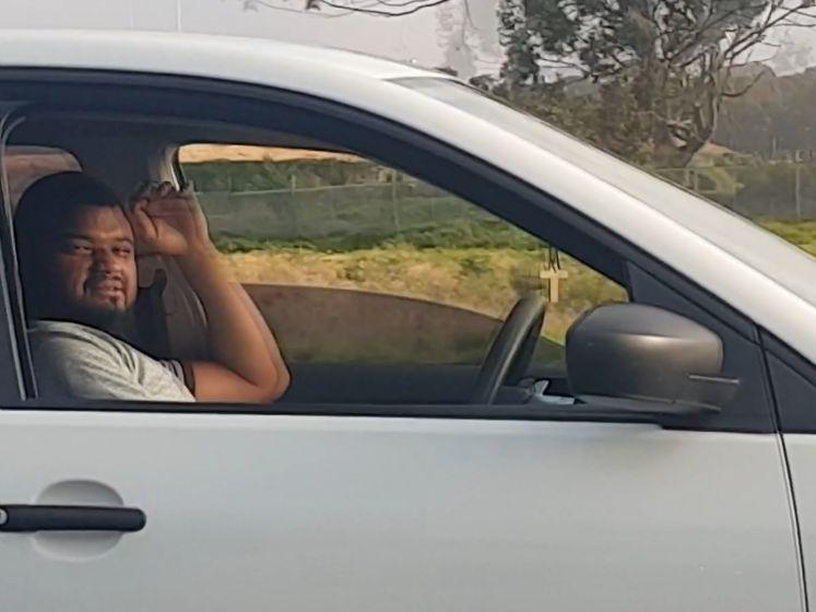 Levensgevaarlijk: man kruipt op passagiersstoel en laat auto zelf rijden
