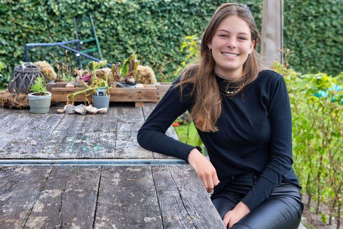 """Tess Verboven uit Waspik op haar favoriete plek: de tuin. ,,Ik geniet er meer van om met papa en mama of bij opa en oma thuis koffie te drinken."""""""
