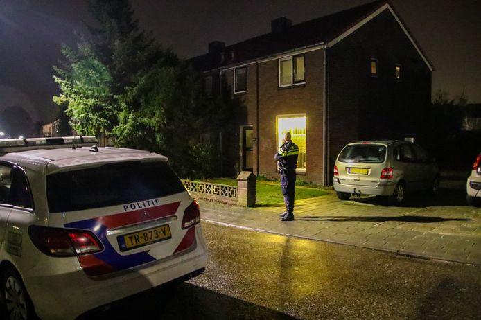 De politie is aanwezig bij de woning in Dieren