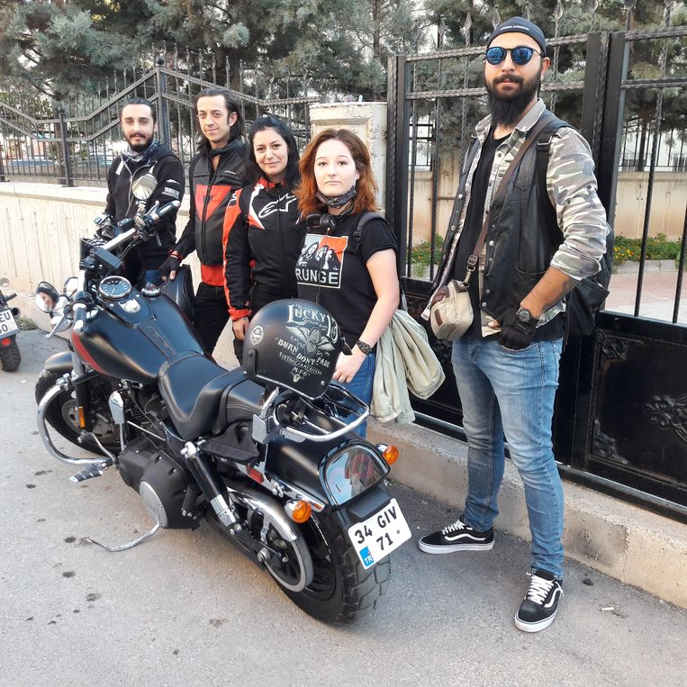 Students in Aksaray. From left to right Can Çevik, Sezer Ataman, Marve Uzla, Tuba Gök, Enes Karakaye. Beeld Rob Vreeken