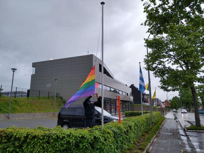 BORNEM - Brandweerzone Rivierenland laat regenboogvlaggen wapperen aan kazernes