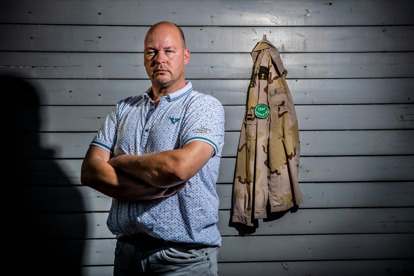 """Erik Krikke (44) uit Steenwijk verwerkt zijn trauma's uit Afghanistan door muziek te maken met zijn band 7even Bridges. Hun nieuwe album A Million Voices komt op 10 september uit. ,,Het is heel dubbel."""""""