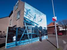 Metershoge muurschildering als ode aan het Noorderbad in Zuilen: 'Het was de trots van de buurt'