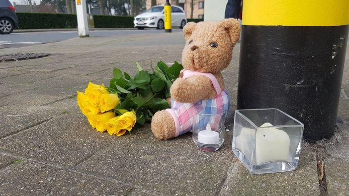Op de plaats van het ongeval zit nu een beertje, ligt een bos bloemen en staan er twee kaarsen.