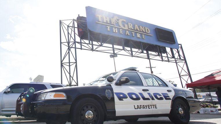 Een politieauto bij de bioscoop in Lafayette waar de schietpartij plaatsvond Beeld afp