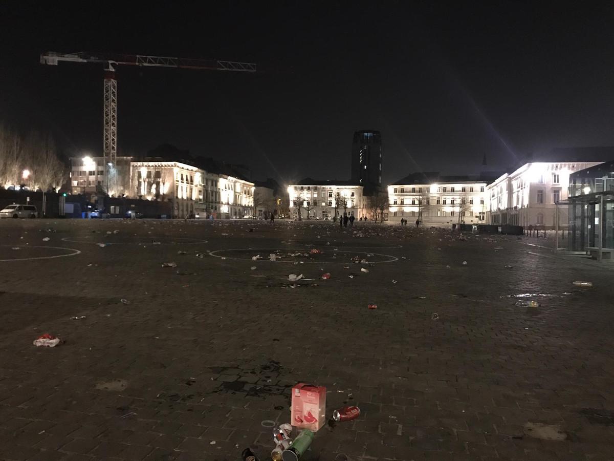Het plein is verlaten, de sporen bleven achter