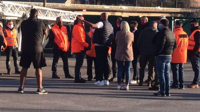 Vincent Kompany en discussion avec les Stewards en attendant de quitter Sclessin.
