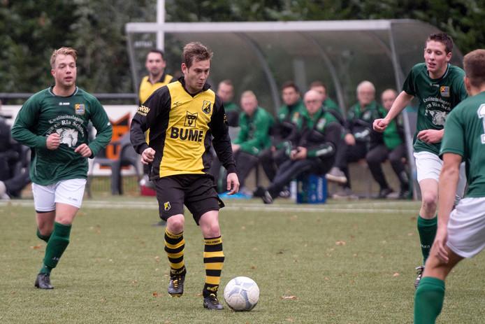 VVO-speler Jillert Krikke aan de bal.