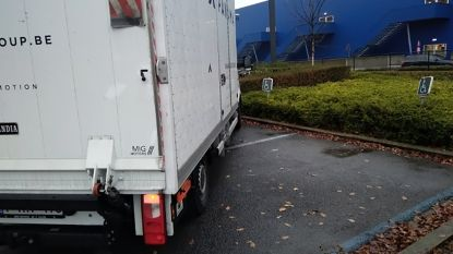 Chauffeur palmt parkeerplaatsen mindervaliden in en veroorzaakt lichte aanrijding, toch moet vader van hartpatiëntje opdraaien voor kosten