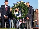 Overdracht monument liniecrossers Lage Zwaluwe  in teken 75 jaar bevrijding