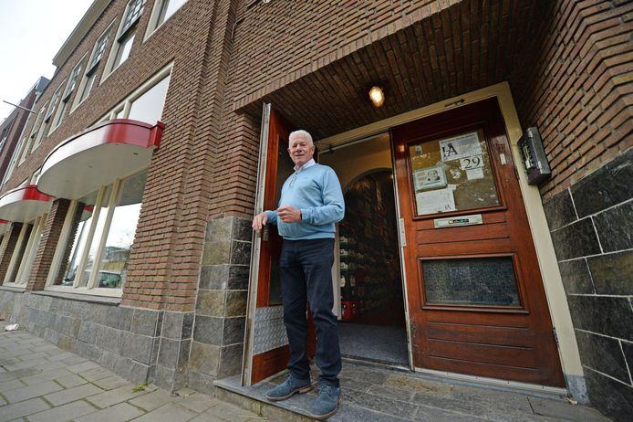 Hennie Berendsen bij de voordeur van het voormalige hotel Avion.