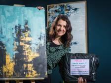 Wie niet weg is, is gezien: Mariet speelt in Wezep verstoppertje met een abstract schilderij voor de vinder