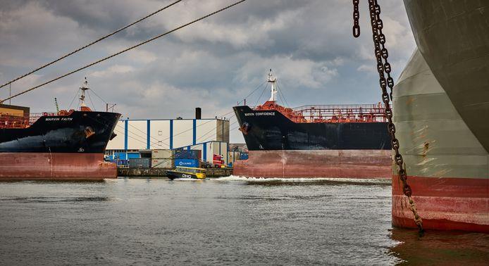 Olietankers de Marvin Faith en Marvin Confidence liggen al elf maanden aan de ketting in de Waalhaven.