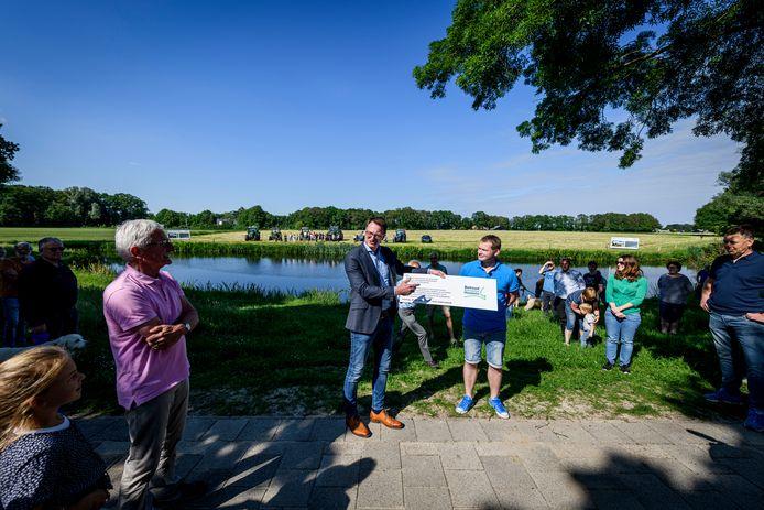 Dennis van Oosten (rechts) overhandigt de petitie aan Claudio Bruggink.