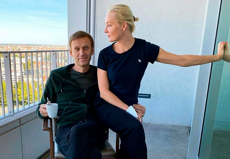 Aleksej Navalny met zijn echtgenote Yulia Navalnaya  in het Berlijnse Charité-ziekenhuis. Beeld AFP