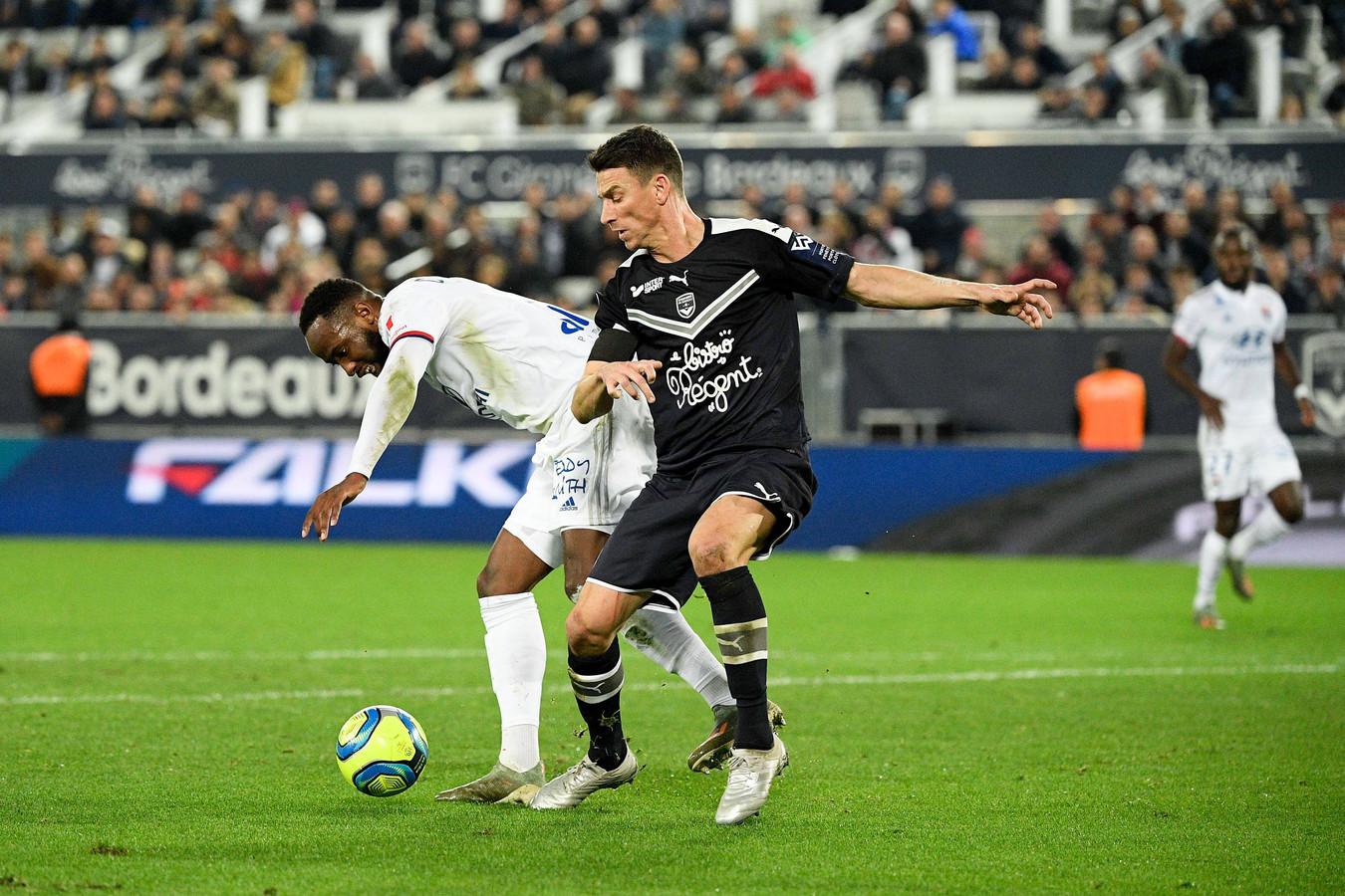 Moussa Dembélé in duel met Laurent Koscielny.