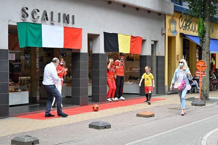 Red Challenge in de Paalstraat. De Italiaanse schoenenwinkel Scalini hangt een Belgische én Italiaanse vlag