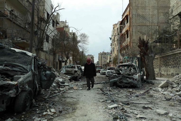 ► Een man wandelt door het puin in Oost-Ghouta. Ook op zondag gingen de bombardementen door, ondanks het VN-bestand. Beeld AFP
