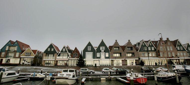 De Dijk in Volendam, met in het midden de twee groene gevels van de Wir War bar en het daarboven gelegen cafe 't Hemeltje.  Beeld ANP