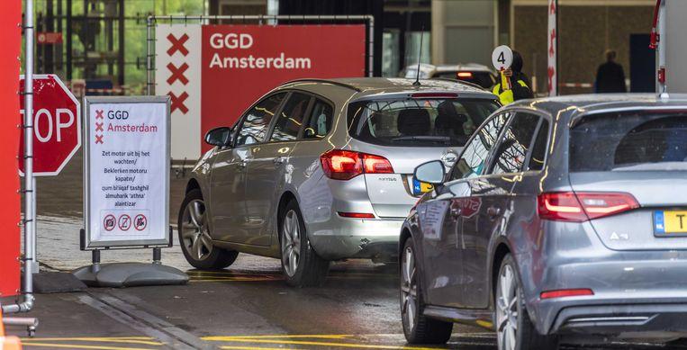 2020-09-28 13:39:54 AMSTERDAM - Automobilisten op de testlocatie bij de RAI, waar medewerkers van de GGD Amsterdam  coronatesten afnemen. ANP LEX VAN LIESHOUT Beeld ANP