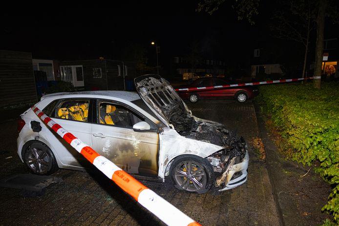 De politie heeft de plek rond de uitgebrande auto afgesloten voor onderzoek.
