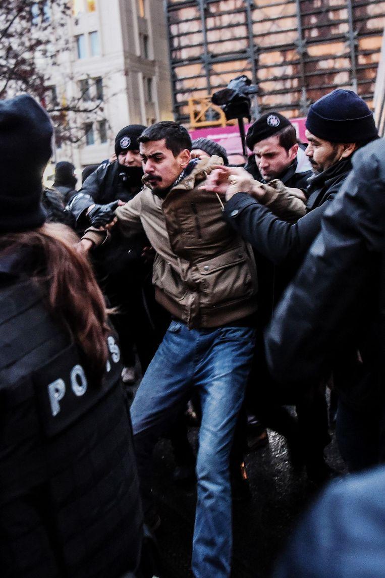 Een man wordt opgepakt tijdens protesten in Istanbul op 23 december. Die waren het gevolg van het verschijnen van een IS-gruwelvideo waarop Turkse soldaten levend worden verbrand. Beeld AFP