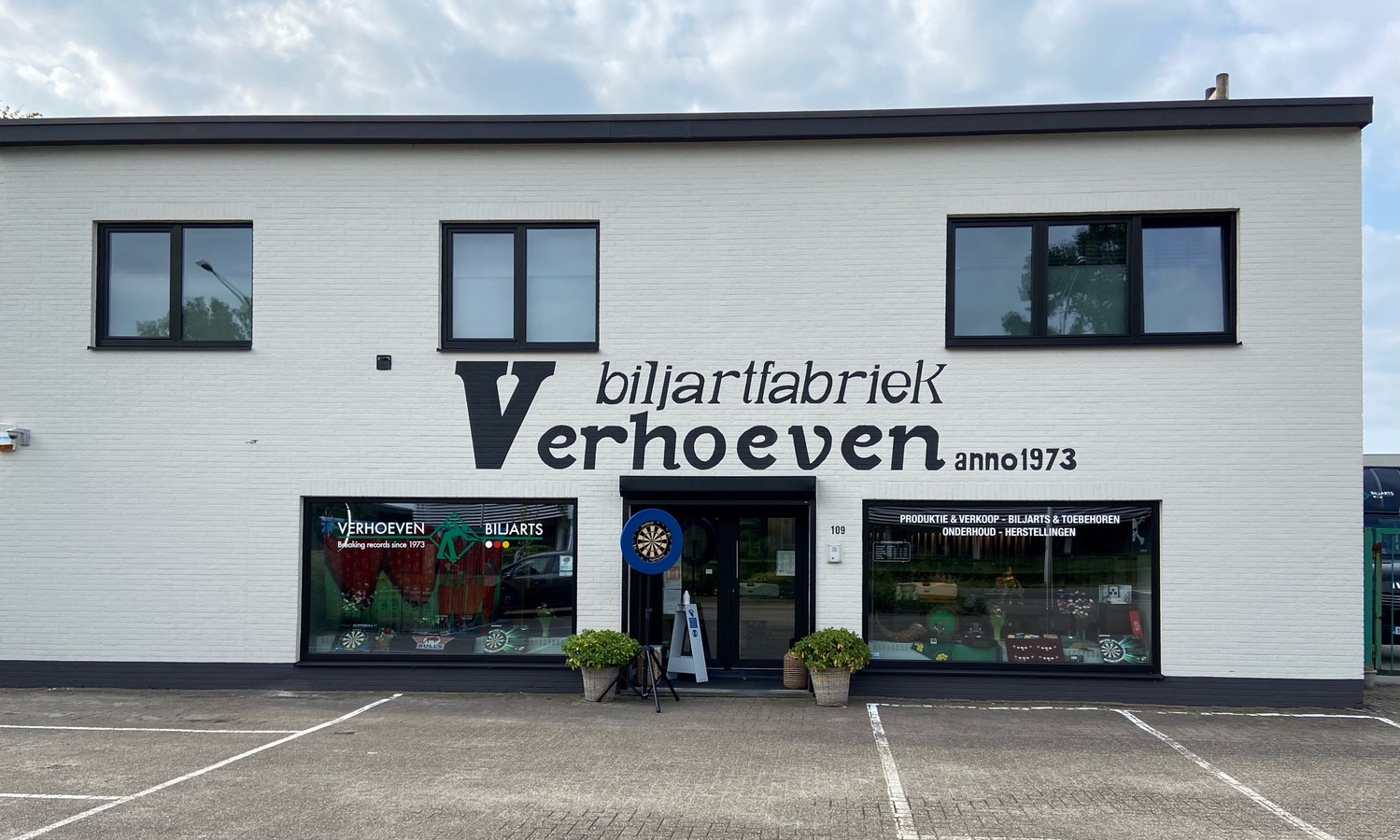 Biljartfabriek Verhoeven kende haar start in 1973. Het bedrijf bestaat uit een atelier en een winkel