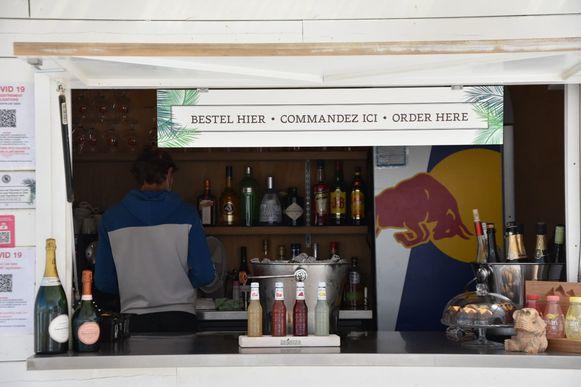 Klanten mogen opnieuw aan de 'toog' bestellen bij strandbar Sofie's Sunset in Koksijde. Vorige week kwam de politie dat nog verbieden.
