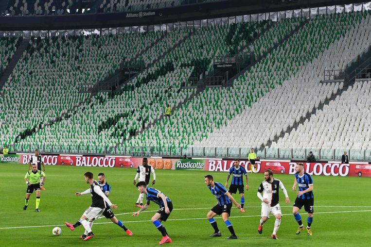 De topper Inter-Juventus werd voor de stopzetting nog afgewerkt in een leeg stadion.