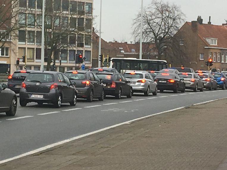 Een dagelijks tafereel sinds de Buffelbrug is onderbroken: file aan de Bloedput, soms tot aan de N31 Expresweg.