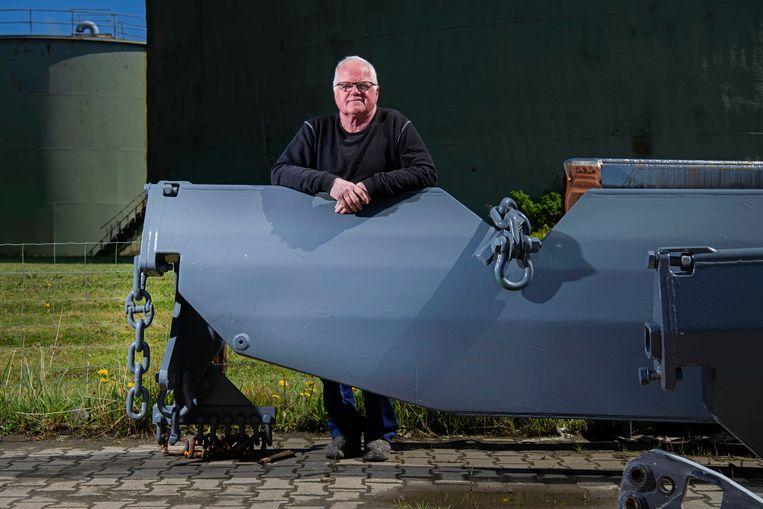 Jaap van der Vis met de nieuwe visserijvinding: de klapslof. Beeld Olaf Kraak