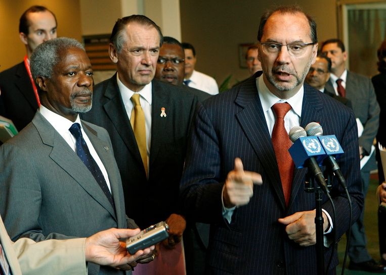 Toenmalig VN-secretaris-generaal Kofi Annan (l.) aan de zijde van Peter Piot,  directeur van Unaids, in mei 2006.    Beeld AP/STUART RAMSON